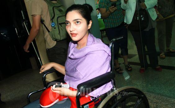 Penyanyi Ashanty Siddik hari meninggalkan rumah sakit setelah dirawat beberapa hari ketika dinyatakan terserang penyakit radang selaput otak di Rumah Sakit MMC, Jakarta Selatan, Kamis (28/2/2013). (Tribun Jakarta/Jeprima)