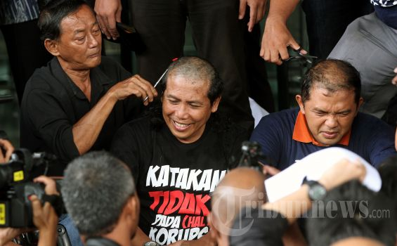 Aktivis anti korupsi, Fadjroel Rahman (tengah) dan Maman Imanulhaq (kanan) memotong rambutnya di Kantor Komisi Pemberantasan Korupsi (KPK), Jakarta, Jumat (8/3/2013). Mereka melakukan hal tersebut untuk memenuhi janji setelah mantan Ketua Partai Demokrat, Anas Urbaningrum ditetapkan tersangka oleh KPK dalam kasus korupsi proyek Hambalang. TRIBUNNEWS/DANY PERMANA