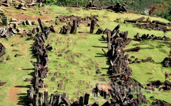 unungan di kawasan Cianjur, Jawa Barat, Jumat (15/3/2013). Gunung padang merupakan situs prasejarah peninggalan Megalitikum yang berupa punden berundak yang terdiri dari susunan batuan andesit yang umurnya diperkirakan jauh lebih tua dari pada piramida mesir sekitar 10.000 tahun sebelum masehi.