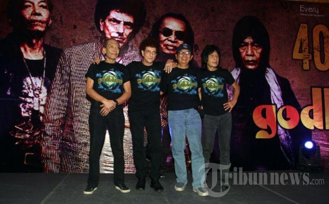 Penampilan para personel Godbless dalam berbagai penampilan pada acara syukuran 40 tahun Godbless di industri musik Indonesia, yang berlangsung di Hotel Twin Plaza, Jakarta Barat, Selasa (7/5/2013). Selama 40 tahun berkarya, mereka sudah memiliki 6 album dan 20 kali gonta ganti personel, personel terakhir beranggotakan, Achmad Albar (vokal), Donny Fattah (bassis), Abadi Soesman (Keyboardis), dan Ian Antono, (Gitar). Resep bertahan hingga usia 40 tahun, menurut Iyek sebutan akrab Achmad Albar, karena masing-masing personel bisa saling menghormati, menjaga perasaan orang lain, saling mengisi dan tidak merasa paling jago diantara personel. Godbless didirikan pada 5 Mei 1973. Menandai usianya yang telah 40 tahun, Godbless akan menggelar konser pada 7 September 2013 mendatang di Meis, Ancol, Jakarta Utara. (WARTA KOTA/Nur Ichsan)