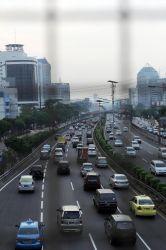 Pengendara melintasi tol dalam kota disamping Jalan Gatot Subroto, Kuningan, Jakarta Selatan, Kamis (9/5/2013). PT Jasa Marga (Persero) Tbk (JSMR) berencana akan menaikkan tarif jalan tol sebesar 10 persen. Kenaikan tarif ini berlaku untuk 11 dari 13 ruas jalan tol yang dimilikinya. Warta Kota/angga bhagya nugraha
