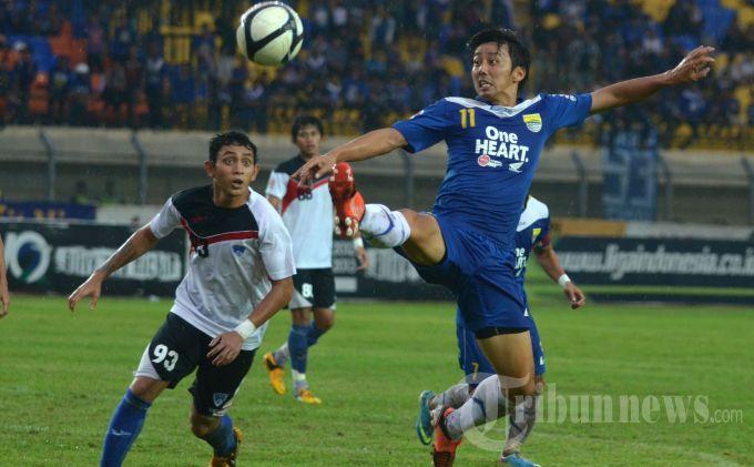 Pemain Persib Bandung, Kenji Adachihara (kanan) mencoba meraih bola dibayangi pemain Pelita Bandung Raya (PBR) dalam laga lanjutan Liga Super Indonesia (LSI) di Stadion Si Jalak Harupat, Kabupaten Bandung, Jawa Barat, Selasa (11/6/2013). Tuan rumah Persib menang tipis atas PBR dengan skor 4-3. TRIBUN JABAR/DENI DENASWARA
