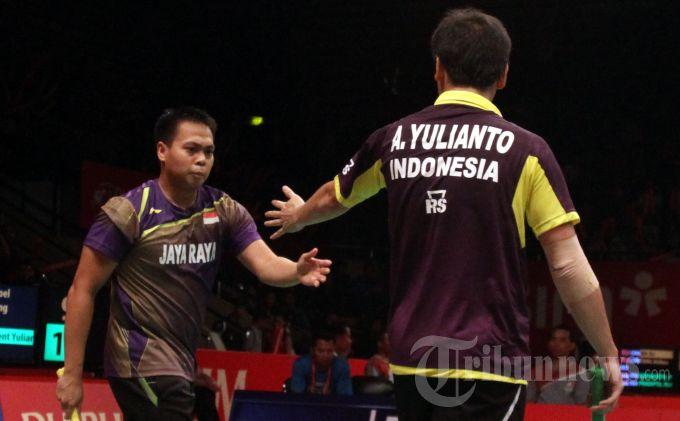 Pasangan pebulu tangkis ganda putra Indonesia, Markis Kido (kiri) dan Alvent Yulianto Chandra bersalaman usai mendapat poin dari pasangan pebulu tangkis Korea Selatan, Baek Choel Shin dan Yeon Seong Yoo dalam pertandingan babak perdelapan final Djarum Indonesia Open 2013, di Istora Senayan, Jakarta Pusat, Kamis (13/6/2013). Markis-Alvent akhirnya menyerah dengan rubber set 21-19, 14-21, dan 17-21 atas lawannya tersebut. TRIBUNNEWS/DANY PERMANA