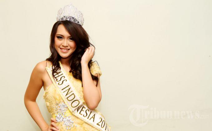 Miss Indonesia 2013, Vania Larissa saat ditemui sebelum tampil pada acara musik yang bertajuk 'Konser Menuju Miss World 2013' di Studio 8 RCTI Kebon Jeruk, Jakarta Barat, Senin (29/7/2013) malam. (Tribun Jakarta/Jeprima)