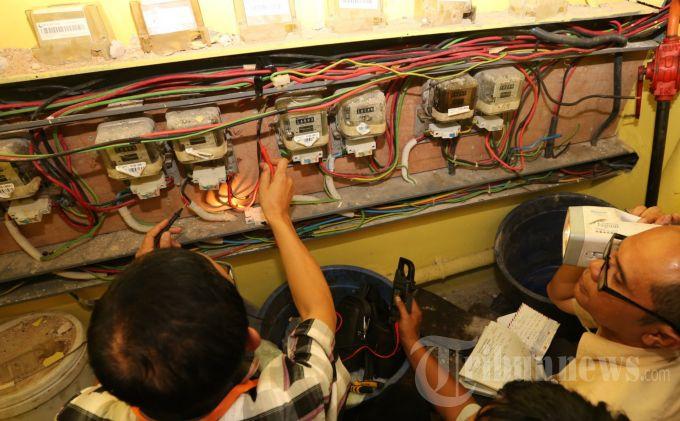 Petugas saat meninjau alat ukur listrik di Diskotek Planet 3, Batam, Selasa (13/8/2013). Dari peninjauan ini, petugas menemukan komponen MCB (Main Circuit Breaker) yang berfungsi untuk memperbesar arus diduga telah dimodifikasi. Akibat pencurian arus listrik, PT PLN  Batam mengalami kerugian jutaan rupiah dengan mengurahi biaya abondemen yang seharusnya Rp 1,5juta per bulannya hanya membayar Rp 150 ribu. (TRIBUN BATAM/ARGIANTO DA NUGROHO)