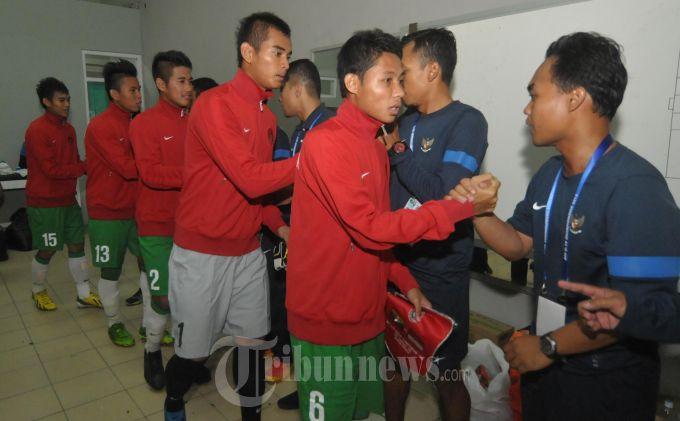 Pesepakbola Tim Nasional U-19 Indonesia lakukan latihan dibawah pelatih Indra Sjafri dalam laga sepakbola Piala AFF U-19 2013. (SURYA/ERFAN HAZRANSYAH)
