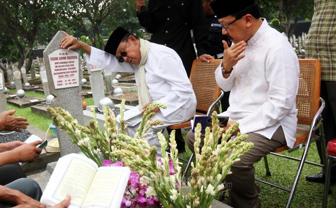 NYEKAR - Calon Duta Besar Jerman Terpilih Fauzi Bowo bersama Presiden RI ketiga BJ Habibie, Jumat (20/9) berziarah ke makam Almarhumah Ainun Habibie di Taman Makam Pahlawan Nasional Kalibata, Jakarta Selatan. (Warta Kota/adhy kelana/kla)