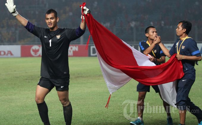 Penjaga gawang Timnas Indonesia U-19, Ravi Murdianto (kiri) melakukan selebrasi usai pertandingan babak peyisihan Grup G Piala AFC U-19 di Stadion Utama Gelora Bung Karno (SUGBK), Senayan, Jakarta Pusat, Sabtu (12/10/2013). Indonesia akhirnya lolos ke putaran final Piala AFC U-19 2014 di Myanmar setelah menaklukkan Korea Selatan dengan skor 3-2 lewat hattrick Evan Dimas. (TRIBUNNEWS/DANY PERMANA)