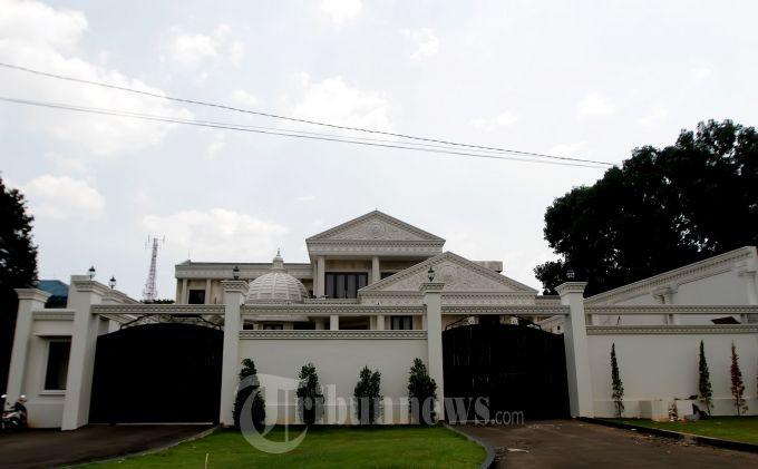 Inilah rumah keluarga Anang Hermansyah yang dikediaminya saat ini bersama Ashanty di Villa Mas Cinere, Jakarta Selatan, Selasa (15/10/2013). Sayangnya setelah pemotongan hewan qurban wartawan yang menunggu dirumahnya dilarang masuk. (Tribun Jakarta/Jeprima)