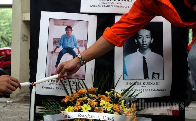 Sejumlah mahasiswa Universitas Atma Jaya menaburkan bunga dan menyalakan lilin ketika mempringati Tragedi Semanggi I  ke 15 tahun di Kampus Universtias Atma Jaya,  Jalan Sudirman, JakartaSelatan, Rabu (13/11/2013). Mereka menuntut pemerintah mengusut tuntas tragedi yang menewaskan sejumlah mahasiswa saat berdemontrasi menggulingkan pemerintahan Orde Baru pada 11-13 November 1998 lalu itu. (WARTAKOTA/Henry Lopulalan)