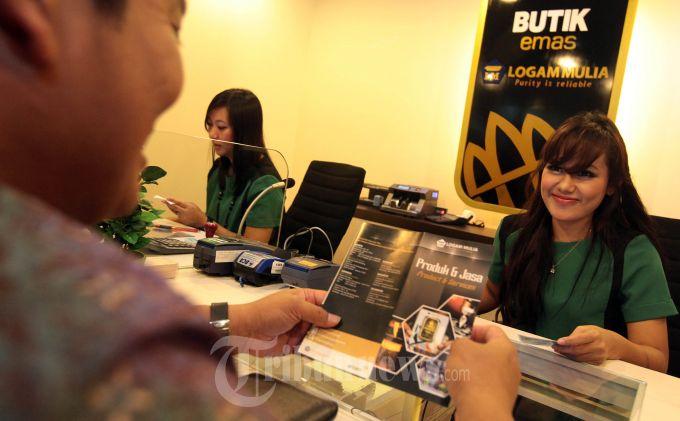 BUTIK EMAS LOGAM MULIA - Seorang konsumen melakukan transaksi membeli emas Antam batangan pada pembukaan Butik Emas Logam Mulia (LM) di Jalan Ir H Juanda, Kota Bandung, Rabu (13/11). Butik emas LM di Kota Bandung ini merupakan tempat penjualan logam mulia kedua yang dibuka oleh PT Aneka Tambang (Persero) Tbk. setelah sebelumnya dibuka di Jakarta, yang bertujuan untuk meningkatkan konsumen di daerah. (TRIBUN JABAR/GANI KURNIAWAN)
