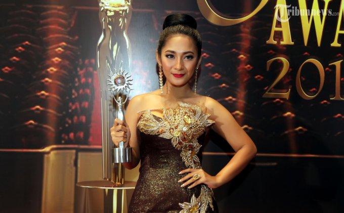 Aktris sinetron, Dinda Kirana menunjukkan penghargaan yang diterimanya sebagai Aktris Utama Paling Ngetop pada SCTV Awards 2013 yang digelar di Hall D JIExpo, Kemayoran, Jakarta Pusat, Jumat (29/11/2013) malam. Dinda menyingkirkan para pesaingnya seperti Febby Rastanty, Michelle Ziudith, Tika Bravani, dan Zsazsa Utari. (Tribunnews/Jeprima)