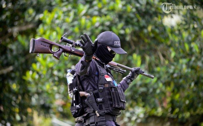 Anggota Brimob Polda Aceh melakukan penjagaan di seputar lokasi perayaan Milad Ke-37 Gerakan Aceh Merdeka (GAM) di Desa Meureue, Kecamatan Indrapuri, Aceh Besar, Rabu (4/12). Polisi menyita sejumlah bendera GAM yang dipasang di kawasan tersebut. SERAMBI/M ANSHAR