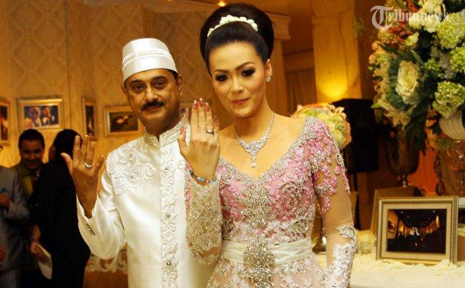 Pasangan Pengantin Christy Jusung dan Jay Alatas, foto bersama seusai melangsungkan prosesi akad nikah di Ballroom Hotel Dharmawangsa, Jakarta Selatan, Minggu (28/4/2013). Pernikahan kedua Chisty ini berlangsung saklar.