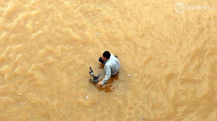 Banjir di Indramayu, Sejumlah Rumah Terendam Hanya Terlihat Atapnya