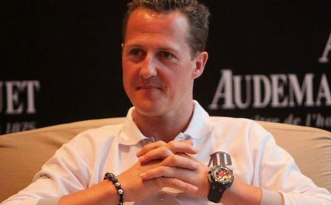 Michael Schumacher selalu memakai gelang dari butiran-butiran kayu. Gelang tersebut sempat hilang saat kecelakaan di arena bermain ski. Baru-baru ini, gelang itu ditemukan dibawah tumpukan salju.
