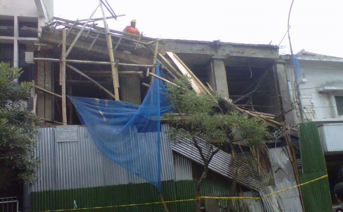 Dua Pekerja Jatuh dari Lantai II saat Ruko di Jalan Braga Ambruk