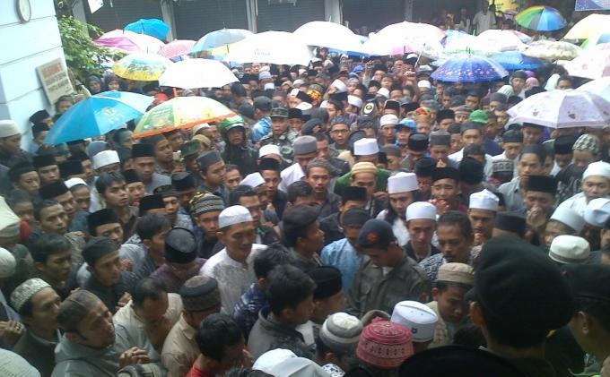 Ribuan Pelayat Berdesakkan Antar Jenazah Kiai Sahal ke Pemakaman