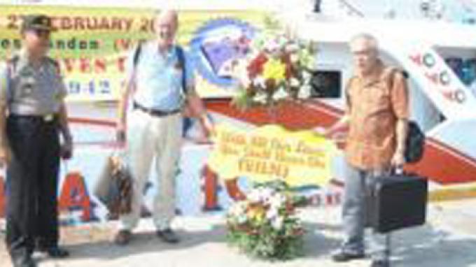 Warga Belanda Tabur Bunga di Laut Jawa dan Niat Bangun Monumen di Pulau Bawean