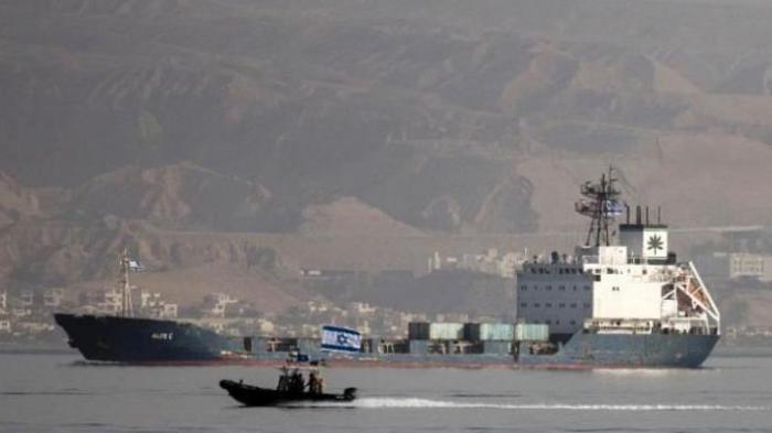 Kapal Klos-C yang berbendera Panama memasuki wilayah pelabuhan Eilat, Israel, Sabtu (8/3/2014), dikawal ketat pasukan AL Israel. Beberapa hari lalu, kapal ini dicegat AL Israel di Laut Merah karena diyakini membawa persenjataan canggih dari Iran menuju ke Jalur Gaza.