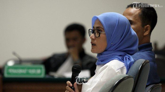 Bupati Lebak Iti Octavia Jayabaya (tengah) bersama Keta KPUD Lebak Agus Sutisna (kanan) bersaksi dalam sidang terdakwa Susi Tur Andayani di Pengadilan Tindak Pidana Korupsi, Jakarta, Senin (17/3/2014). Susi diduga terlibat dalam suap pengurusan sengketa pilkada Lebak, Banten, yang juga menyeret nama Ketua Mahkamah Konstitusi Akil Mochtar.