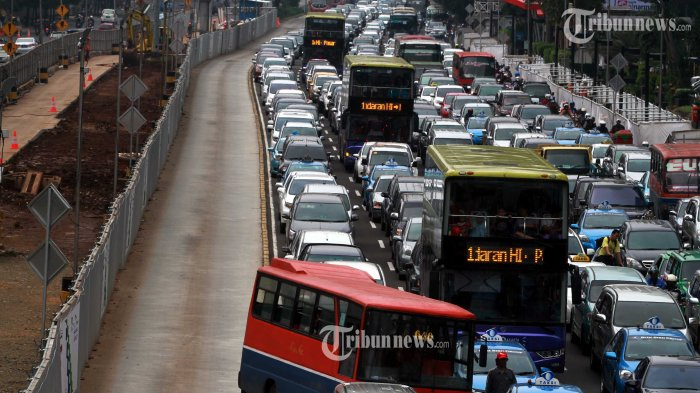 20140318_174356_metromini-nekat-terabas-jalur-busway.jpg
