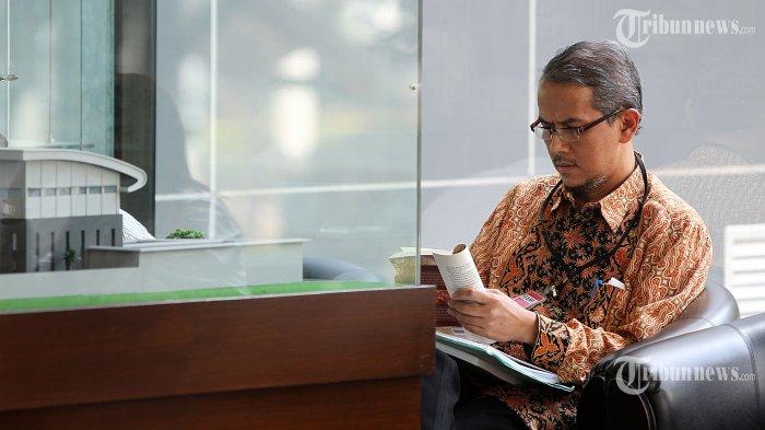 Dirjen Penyelenggaraan Haji dan Umroh Kementerian Agama, Anggito Abimanyu menunggu diperiksa Komisi Pemberantasan Korupsi (KPK), di Gedung KPK, Jakarta Selatan, Rabu (19/3/2014). Anggito diperiksa atas penyelidikan proyek pengadaan barang dan jasa terkait haji. (TRIBUNNEWS/DANY PERMANA)