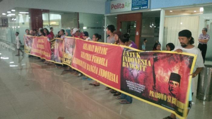 Puluhan Orang Bawa Spanduk Ucapkan Terima Kasih untuk Prabowo