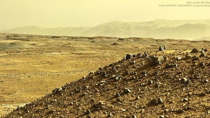 Panorama sore hari di Mars yang dikonstruksi Jason Major berdasarkan foto yang diambil kamera Mastcam pada wahana antariksa Curiosity.