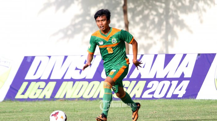 Pesepak Bola Persikabo, Munadi berusaha mengontol bola dalam pertandingan Kompetisi Divisi Utama di Stadion Ciracas, Jakarta Timur, Selasa (15/4/2014). Dalam pertandingan tersebut Persikabo menang 1-2 atas Villa 2000 dalam Kompetisi Divisi Utama Liga Indonesia (SUPERBALL/Feri Setiawan)