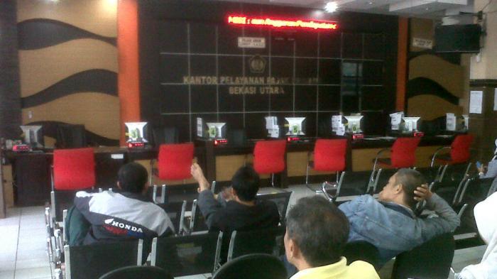 Tujuh loket Pelayanan di Kantor Pelayanan Pajak Bekasi Utara, kosong. Sampai saat ini jaringan kantor pelayanan warga Bekasi tersebut mengalami gangguan, Rabu (23/4/2013).