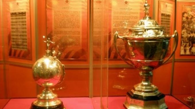 Piala Thomas (kanan) dan Uber.
