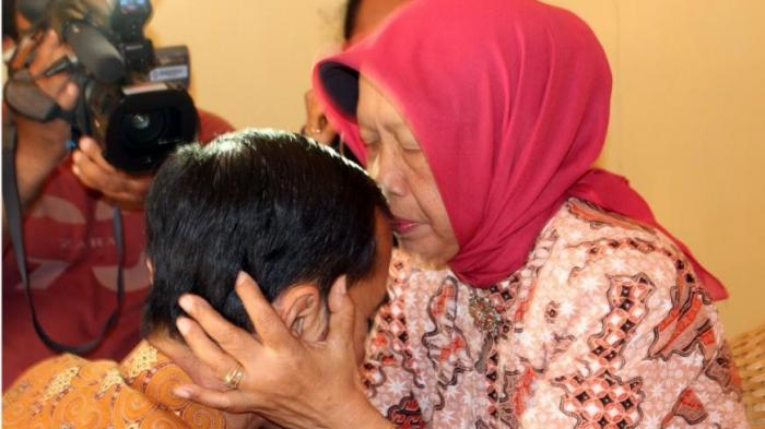 Joko Widodo saat sungkeman kepada ibunya, Hj Sujiatmi Notomiharjo