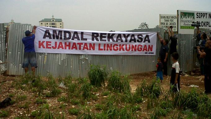 Ratusan Warga Segel Lahan Tolak Pembangunan Rumah Mewah di Atas RTH