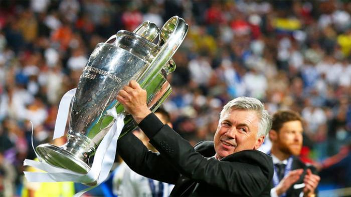 Pelatih Real Madrid, Carlo Ancelotti mengangkat trofi Liga Champions usai timnya secara dramatis mengalahkan Atletico Madrid 4-1 dalam babak tambahan Final Liga Champions.