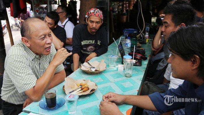 Mantan KSAD Jenderal (Purn) Pramono Edhie Wibowo berbincang dengan sejumlah pewarta foto yang tergabung dalam organisasi Pewarta Foto Indonesia Jakarta (PFIJ), di kawasan Bundaran Hotel Indonesia, Jakarta Pusat, Jumat (6/6/2014). Pertemuan ini dalam rangka silaturahmi rutin yang diadakan PFIJ dengan sejumlah tokoh di Indonesia untuk bertukar pikiran yang dikemas dengan diskusi santai. Warta Kota/angga bhagya nugraha