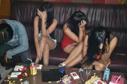 Sejumlah anggota Polres Ponorogo menggelar razia mendadak ke sejumlah rumah karaoke di Kota Ponorogo sekaligus melaksanakan tes urine. Hasilnya petugas menemukan 9 pengkonsumsi Arak Jowo (Arjo) serta seorang gadis Anak Baru Gede (ABG) mengantongi kondom saat karaoke, Kamis (19/6) malam.