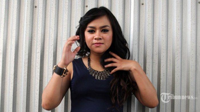 Yunita Lestari, pada acara program Ada Ada Saja, di Studio Ad, Ragunan, Jakarta Selatan, Senin (30/6). Yunita mengaku kapok berhubungan dengan lelaki yang sudah beristeri, dalam kasus terakhir ini ia merasa dibohongi. (Warta Kota/Nur Ichsan)