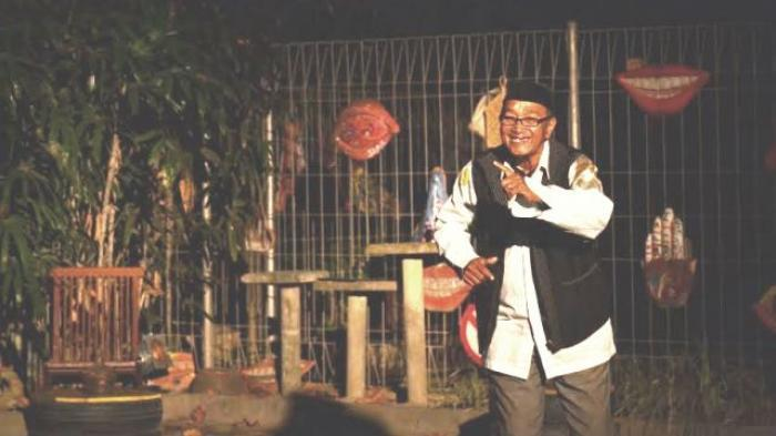 Mbah Tohir (69), seorang seniman jebolan Srimulat yang dulu kerap berakting menjadi drakula adalah sosok pemain teater yang mengkhususkan diri menjadi pelaku seni peran monolog.