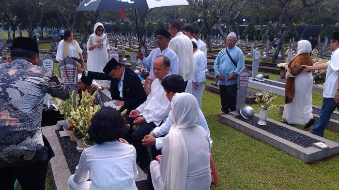 Mantan Presiden B.J Habibie mengunjungi makam Ainun Habibie di Taman Makam Pahlawan Nasional Kalibata, Senin (28/7/2014). Pada hari raya Idul Fitri Habibie memanjatkan doa untuk Almarhumah istrinya.