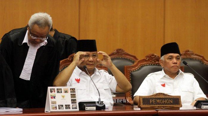 Calon Presiden dan Wakil residen nomor urut 1 Prabowo Subianto - Hatta Rajasa mengikuti sidang perdana Perselisihan Hasil Pemilhan Umum Presiden di Mahkamah Konstitusi, Jakarta, Rabu (6/8/2014). Pasangan Prabowo-Hatta menuntut agar MK membatalkan SK KPU yang menetapkan pasangan nomor urut 2 Joko Widodo - Jusuf Kalla sebagai Presiden terpilih dalam Pilpres 2014. (TRIBUNNEWS/DANY PERMANA)