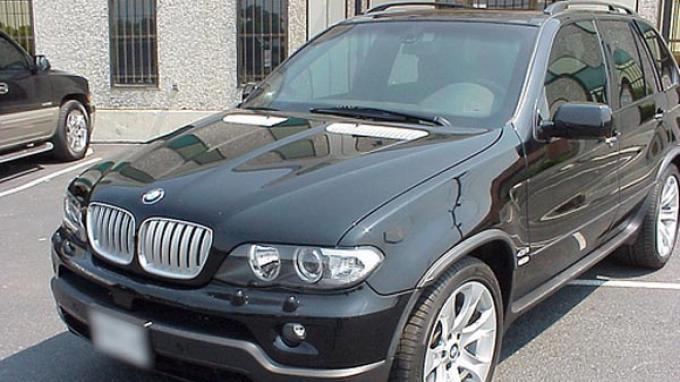 BMW memamerkan kendaraan SUV X5 dengan perlindungan ekstra, yang disebut perusahaan sebagai penangkal serbuan senapan AK-47.