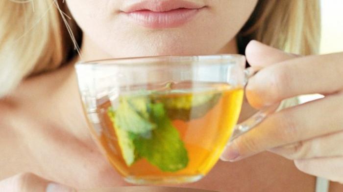 Minum teh hijau.