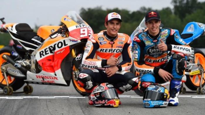 Pebalap Repsol Honda asal Spanyol, Marc Marquez (kiri), berpose bersama sang adik yang adalah pebalap Estrella Galicia, Alex Marquez.