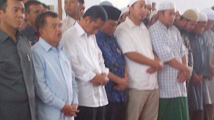 Presiden Jokowi Salatkan Jenazah Soegeng Sarjadi di Masjid Amwa Cinere