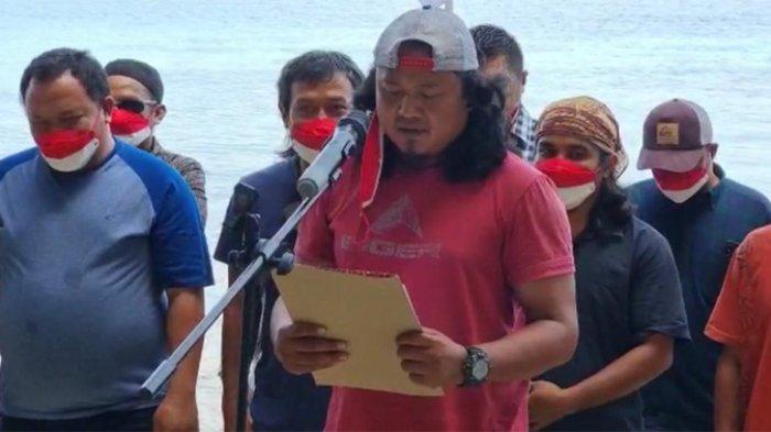Sebanyak 23 mantan narapidana terorisme (napiter) Poso membacakan ikrar setia kepada Negara Kesatuan Republik Indonesia (NKRI) di Iyato Beach Poso, Sulawesi Tengah, Senin (11/10/2021).