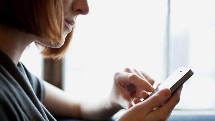 Sering Pegang Ponsel Sebabkan Sindrom Smartphone Pinky, Simak Cara Mengatasinya