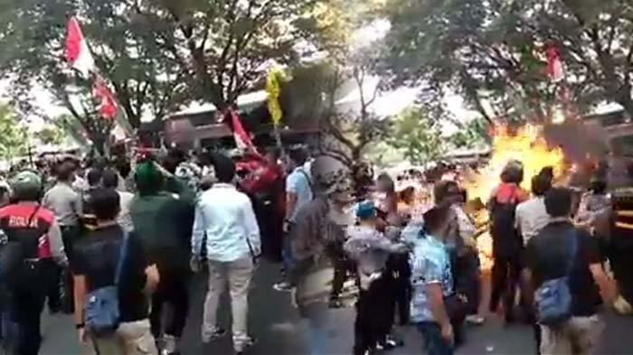 Tiga polisi terbakar saat aksi demo mahasiswa di Cianjur, kronologi hingga kondisi korban.