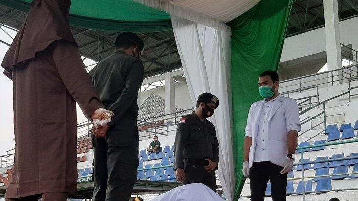Seorang Wanita dan 2 Pria Pelaku Zina Dicambuk Masing-masing 100 Kali, Bersujud setelah Eksekusi