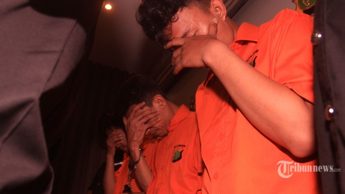 Tiga orang tersangka dihadirkan saat pemberian keterangan pers tentang pengembangan kasus penggunaan narkoba di Polda Metro Jaya, Jakarta Selatan, Minggu (15/4). Polda Metro Jaya menangkap tiga tersangka YH, MS, dan IR, selaku jaringan penyuplai narkoba jenis sabu kepada artis Riza Shahab dan Reza Alatas dan mengamankan barang bukti shabu 5,5 gram, ganja 33 gram dan sebuah timbangan.(Warta Kota/Henry Lopulalan)